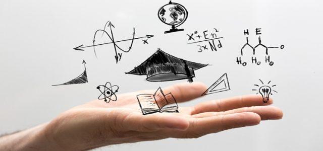 Palma de una mano abierta con dibujos sobre materias de estudios, flotando sobre ella