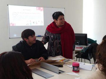 Personas jóvenes y adultas en una sala de clases