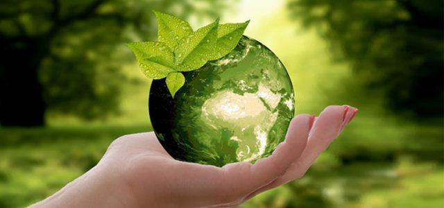 Palma de una mano abierta, sosteniendo una esfera luminosa con forma de planeta Tierra