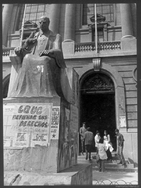 Reforma Universitaria en el frontis de Casa Central UC