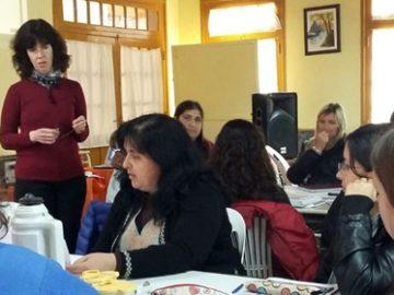 Grupos de docentes dialogando en una sala de clases.