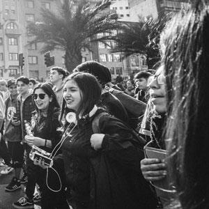Jóvenes marchando por las calles de Santiago