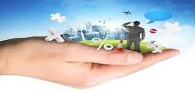 Mano con la palma abierta sosteniendo una ciudad y signos de educación financiera